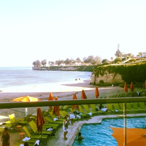 Santa Cruz Dream Inn: This is our hotel room view (right on beach, above outdoor pool and jacuzzi) + some welcomed snack from Santa Cruz Dream Inn You can surf, play volley ball, or, simply, enjoy some tanning on the hotel's outdoor dect!
