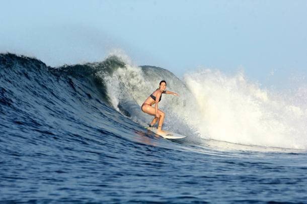 Surf like a goddess! Pau from Chili sharing her wave with Surf Mei Mei!